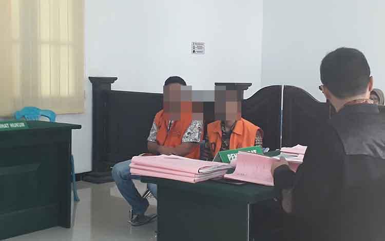 Terdakwa penadah ponsel Saptores (kanan) Daniel Soi (kiri) diadili di Pengadilan Negeri Pangkalan Bun, Senin, 14 Oktober 2019.