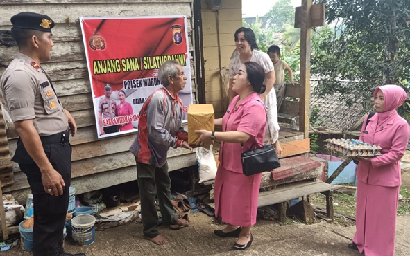Kapolsek Murung Ipda Yuliantho bersama jajarannya dan Ketua Ranting Bhayangkari Murung, bertandang ke sejumlah rumah warga kurang mampu, Minggu, 13 Oktober 2019.