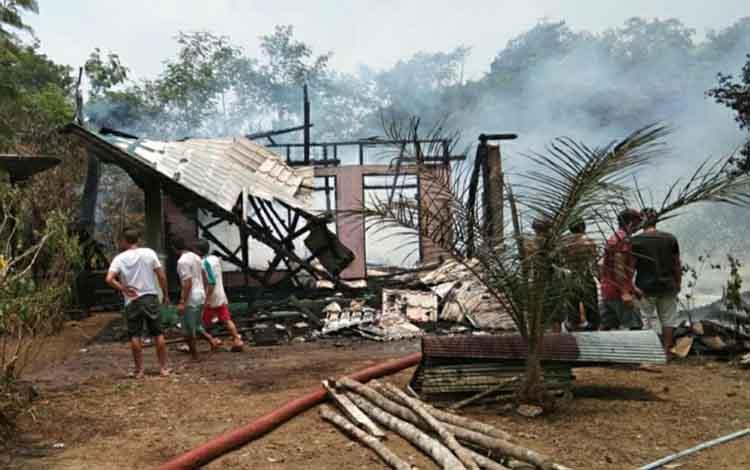 Dua rumah warga Desa Mantangai Hilir, Kabupaten Kapuas ludes terbakar, Senin 14 Oktober 2019