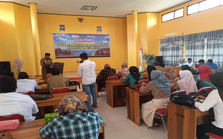 Dinas Kepemudaan, Olahraga dan Pariwisata (Disporapar) Kabupaten Sukamara mengadakan pelatihan manajemen homestay bagi Komdarwis