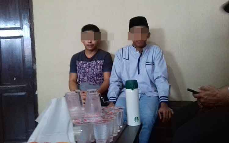 RA dan Suw tersangka kasus narkotika saat di Kejari Kotim.