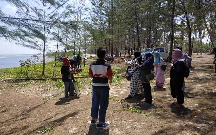 Pengunjung kawasan Pantai Sungai Bakau menikmati suasanan. Pengunjung diminta jaga kebersihan kawasan Sungai Bakau.