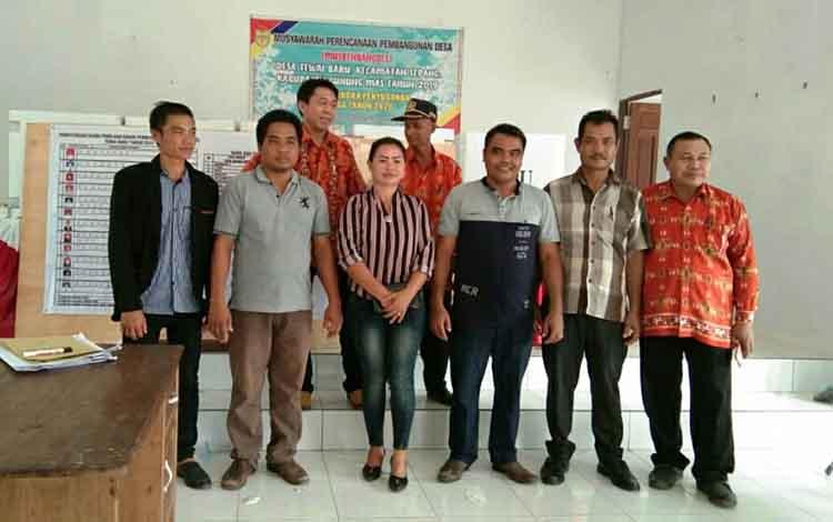 Sejumlah Panitia Pemilihan BPD Tewai Baru (baju batik) bersama anggota BPD Tewai baru terpilih.