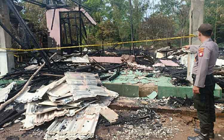 Kondisi dua rumah warga Desa Mantangai Hilir, Kecamatan Mantangai yang terbakar Kerugian diperkirakan mencapai ratusan juta rupiah.