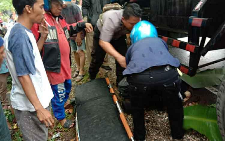 Korban kecelakaan lalu lintas saat hendak dievakuasi. Dalam kejadian ini Kepala MIN 4 Kapuas meninggal dunia usai terlibat kecelakaan maut dengan truk tangki di Jalan Trans Kalimantan Km 2 Anjir pada Senin sore, 14 Oktober 2019.