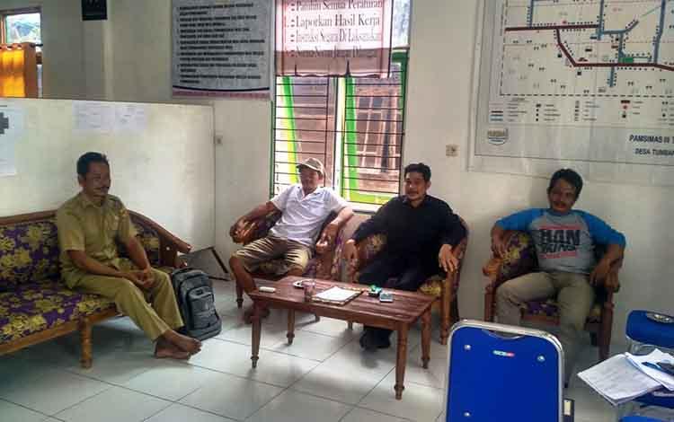 Ketua Panitia Pengisian Anggota BPD Tumbang Hakau, Gudi (kiri) saat menerima kedatangan sejumlah bakal calon anggota BPD Tumbang Hakau, di Sekretariat Pengisian Anggota BPD Tumbang Hakau, Senin, 14 Oktober 2019.