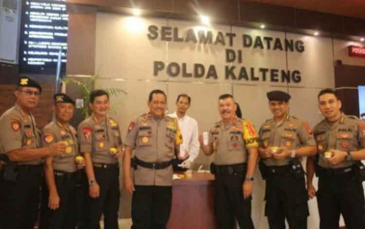 Kapolda Kalteng dan pejabat utama lainnya foto bersama seusai menjalani tes urine, Senin 14 Oktober 2019