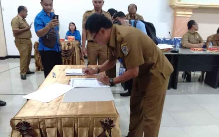 Pimpinan SKPD dilingkungan Pemkab Seruyan saat menandtangani MoU pemanfaatan data kependudukan, Senin, 14 Oktober 2019.