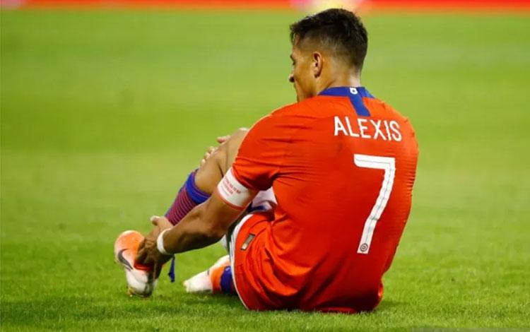 Alexis Sanchez terlihat kesakitan sambil memegang pergelangan kakinya dalam pertandingan persahabatan antara Chile melawan Kolumbia di Estadio Jose Rico Perez, Alicante, Spanyol pada 12 Oktober 2019.(REUTERS/JAVIER BARBANCHO)