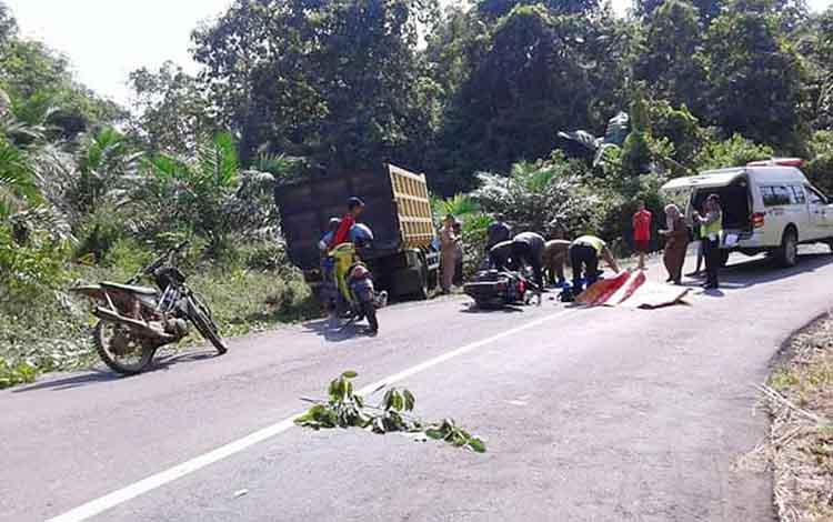 Kecelakaan lalu lintas yang menewaskan pasangan suami istri setelah tertabrak truk di Jalan Bayas, Kecamatan Teweh Tengah, Kabupaten Barito Utara, Senin 14 Oktober 2019.