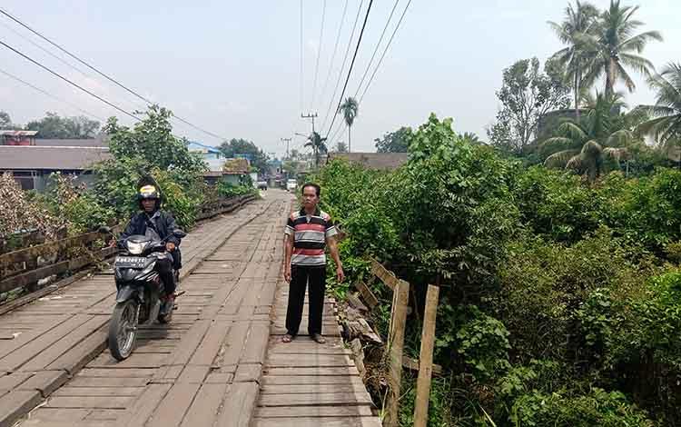 Kawit, warga Kelurahan Kurun Hulu, Kabupaten Gunung Mas memperlihatkan kondisi Jembatan Kahatyang mulai rusak termakan usia, Senin 14 Oktober 2019