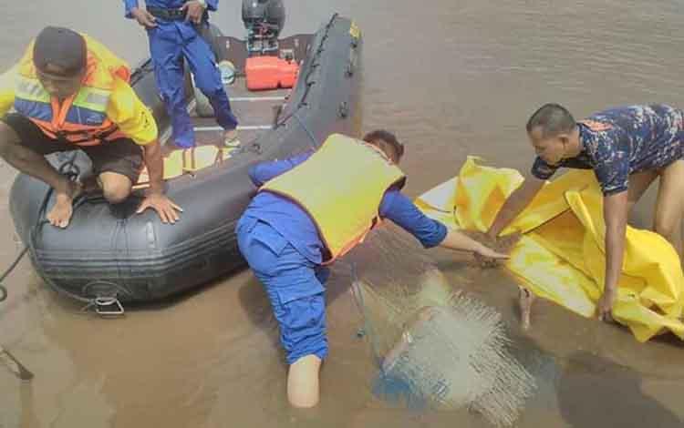 Identitas mayat pria yang ditemukan mengapung di Sungai Mentaya akhirnya diketahui, Senin, 14 Oktober 2019.