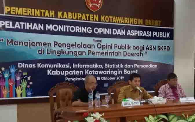 Pemateri Pelatihan Monitoring Opini dan  Aspirasi Publik, yaitu Ediya Moralia dari Borneonews dan Selamatta Sembiring dari Kemenkominfo RI. Kegiatan itu digelar Dinas Kominfo Kobar, Selasa, 15 Oktober 2019.