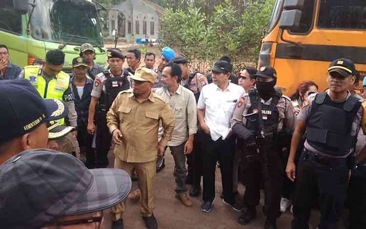 Wakil Gubernur Kalteng, Wakil Bupati Bartim dan Ketua DPRD Bartim memediasi perusahaan PT Patra Jasa dengan PT SEM bersama masyarakat