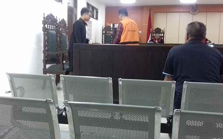 Arif Rakhman (rompi orange) terdakwa kasus penganiayaan usai sidang di Pengadilan Negeri Sampit