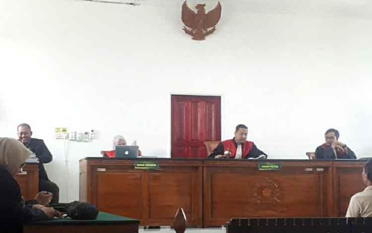 Suasana saat sidang putusan berlangsung. Pengadilan Negeri Kuala Kapuas vonis terdakwa penggarap lahan sawit tanpa izin 1 tahun penjara pada Selasa, 15 Oktober 2019
