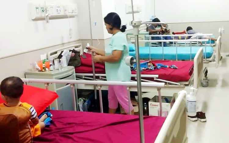 Pasien balita yang terserang muntaber dirawat di RSUD Muara Teweh. Masuknya musim pancaroba membuatpenyakit diare atau muntaber di Muara Teweh, Kabupaten Barito Utara selama Oktober 2019 meningkat drastis.