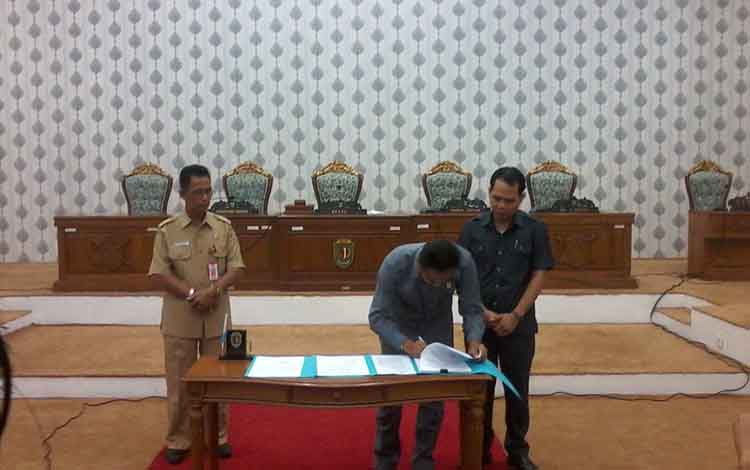 Ketua DPRD Katingan, Marwan Susanto menandatangani dokumen tata tertib dewan disaksikan Wakil Ketua II Fahrul Razi dan Asisten I Edriyanto.