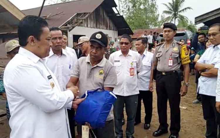 Bupati Pulang Pisau, Edy Pratwo memberikan bantuan kepada korban angin puting beliung, Rabu 16 Oktober 2019.
