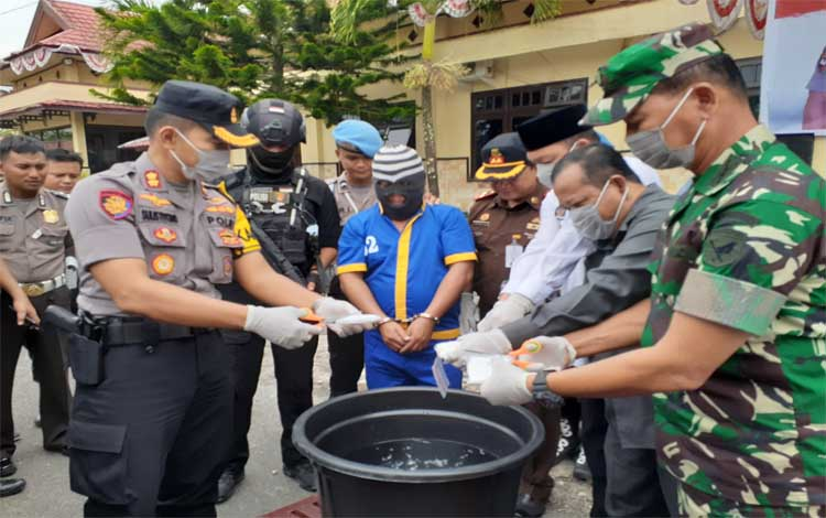 Kapolres Sukamara AKBP Sulistiyono memusnahkan barang bukti sabu, Rabu 16 Oktober 2019. Kapolres mengimbau semua pihak untuk terlibat memberantas peredaran narkoba