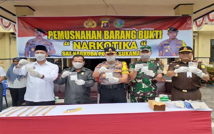 Bupati Windu Subagio menghadiri acara pemusnahan barang bukti narkoba di Polres Sukamara, Rabu 16 Oktober 2019