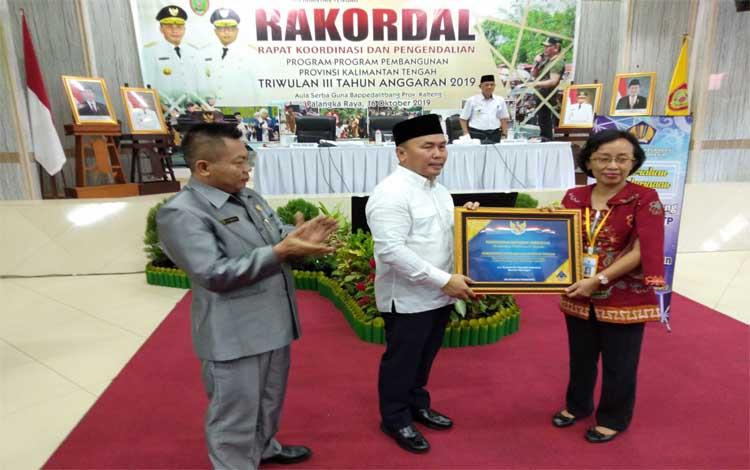 Gubernur Kaltneg, Sugianto Sabran menerima piagam penghargaan opini wajar tanpa pengecualian (WTP) 2018 dan plakat capaian opini WTP selama 5 kali berturut-turut dari Menteri Keuangan