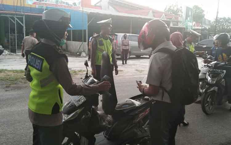Petugas Polresta Palangka Raya saat gelar operasi antik di jalan Murdjani, Rabu 16 Oktober 2019. Dalam operasi tersebut Petugas Kepolisian Polresta Palangka Raya amankan satu pengendara yang membawa rekapan togel.