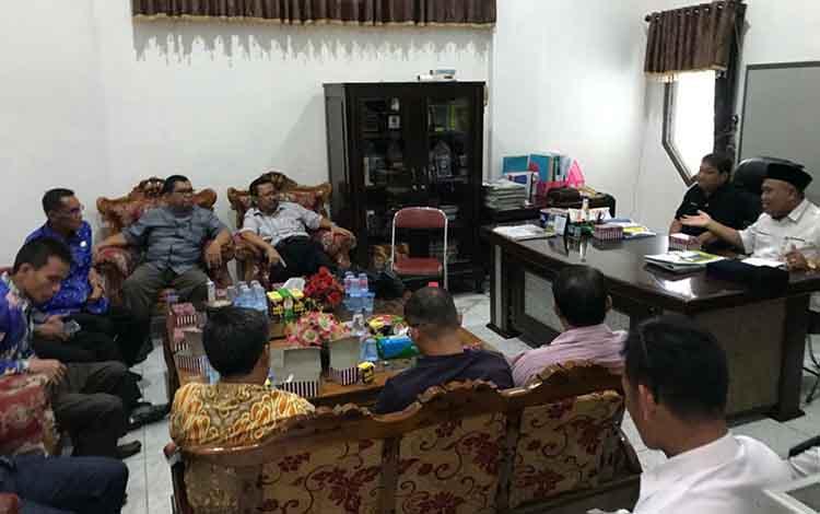 Suasana saat DPRD Kapuas terima kunjungan kerja DPRD Katingan di ruang kerja Sekretaris dewan pada Rabu siang, 16 Oktober 2019.