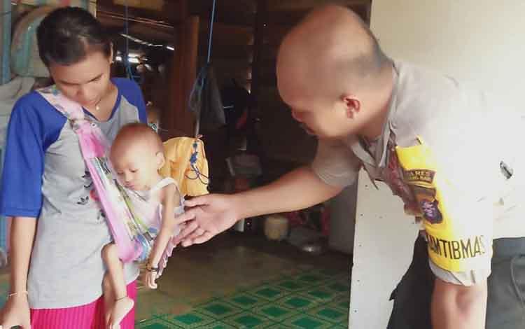 Pernikahan dini telah menyebabkan seorang balita di Kabupaten Murung Raya (Mura), bernama Fitria Aziza, menderitagizi buruk. Kondisi balita berusia 2 tahun itupun sangat mengkhawatirkan.