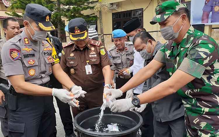 Pemusnahan barang bukti sabu di halaman Polres Sukamara, Rabu 16 Oktober 2019. Bupati Sukamara berharap kasus tersangka 0,5 Kg sabu tidak mengulangi perbuatannya lagi