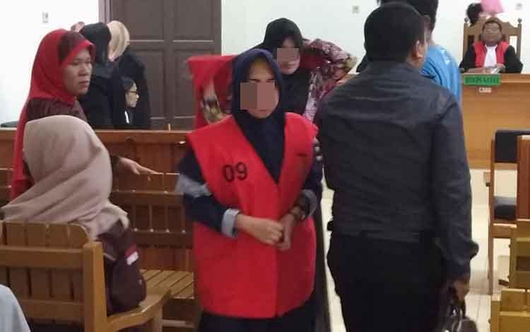 Terdakwa kasus penggelapan, LD dan NH menjalanipersidangan di Pengadilan Negeri Palangka Raya, Rabu, 16 Oktober 2019. Dalam sidang, terdakwa mengaku uang hasil penggelapan tersebut digunakan untuk foya-foya.