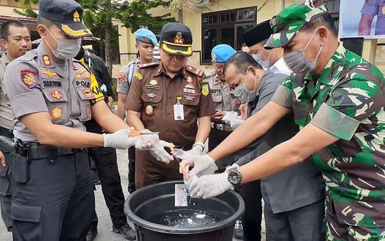 Bupati Sukamara, Windu Subagio meminta agar masyarakat lebih waspada, mengingat peredaran narkoba di Bumi Gawi Barinjam masih marak.