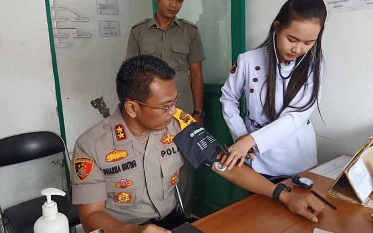 Kapolres Katingan AKBP E Dharma B Ginting donor darah di PMI RSUD Mas Amsyar Kasongan untuk bantu warga.