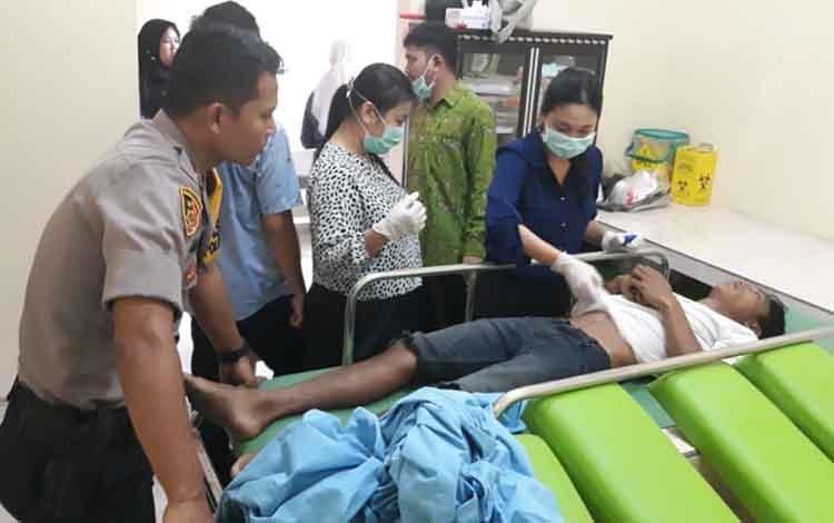 Jenazah korban yang tewas bunuh diri usai menelpon pacar saat dilakukan visum et repertum di RS Muhamadyah,  Palangka Raya, Rabu 16 Oktober 2019. Pemuda asal Kereng Bengkirai itu tewas usai telepon pacar