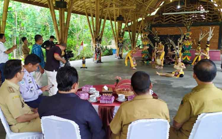 Tim Sanggar Sumbu Kurung bakal tampil mewakili Kalimantan Tengah pada ajang Festival Pertunjukan Rakyat atau Fetunra Nasional di Pangkal Pinang, Provinsi Bangka Belitung.