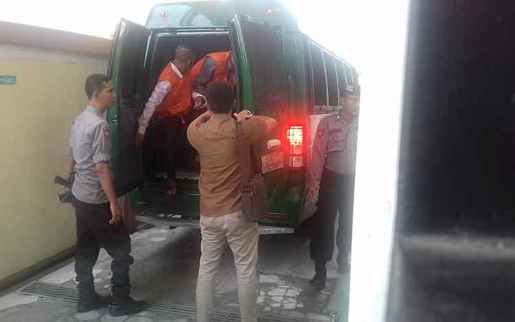 Tahanan berbagai pidana saat di Pengadilan Negeri Sampit. Remaja sabu yang berumur 17 tahun sempat membuang sabu saat anggota kepolisian Polda Kalteng menciduknya.