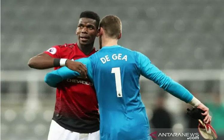Gelandang Manchester United Paul Pogba (kiri) dan kiper David de Gea yang diragukan tampil saat menjamu Liverpool dalam laga pekan kesembilan Liga Inggris. (ANTARA/REUTERS/Scott Heppell)