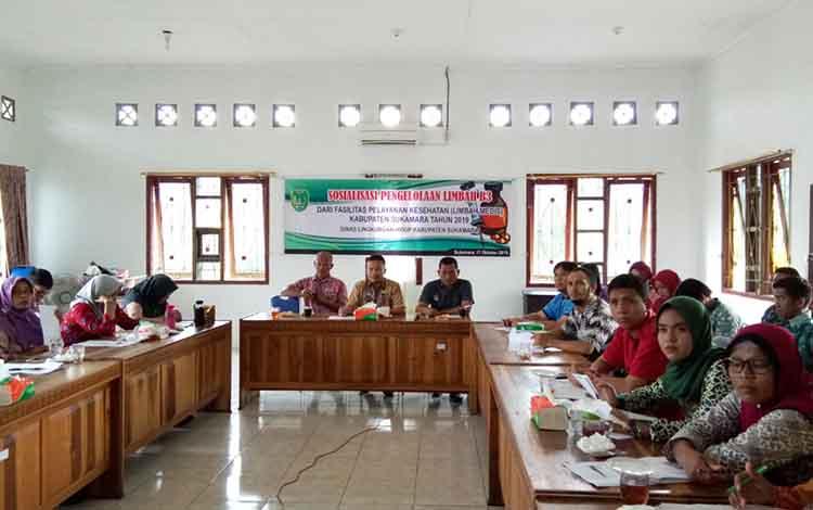 Dinas Lingkungan Hidup atau DLHSukamara menggelar sosialiasi pengelolaan limbah B3 atau limbah medis dari fasilitas pelayanan kesehatan yang ada di Bumi Gawi Barinjam pada Kamis, 17 Oktober 2019.