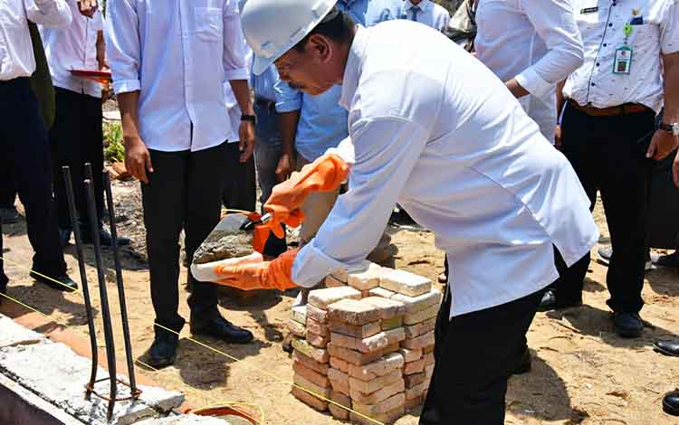 Wakil Bupati Barito Utara, Sugianto Panala Putra meletakkan batu pertama pembangunan gedung SMKN 1 Gunung Timang, Kamis, 17 Oktober 2019.