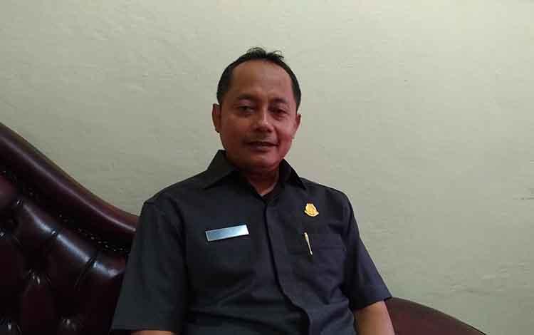 Aspidsus Kejati Kalteng Adi Santoso saat diwawancara terkait penetapan tersangka kasus korupsi PDAM Kapuas