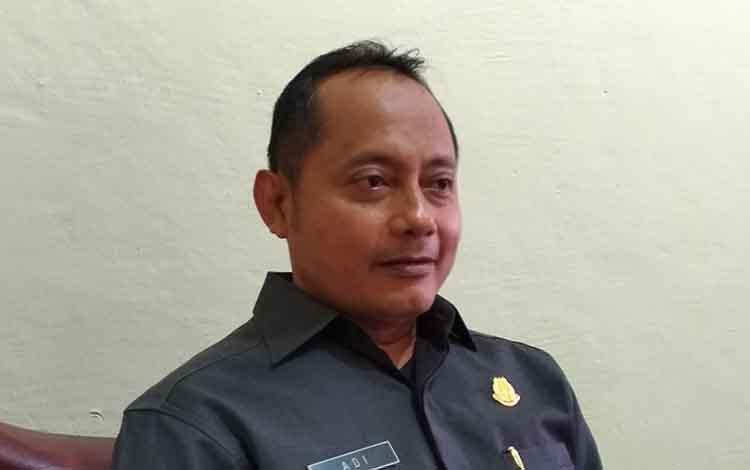 Aspidsus Kejati Kalteng Adi Santoso saat diwawancara terkait pemeriksaan anggota dewan dalam kasus korupsi PDAM Kapuas