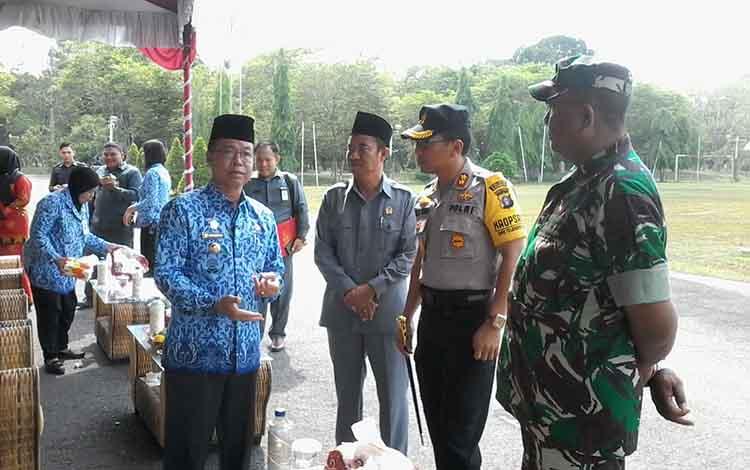 Bupati Sakariyas bersama Ketua DPRD Marwan Susanto, Kapolres Katingan AKBP E Dharma B Ginting, Perwira  Penghubung Kodim 1015 Sampit di Kasongan Mayor Inf Suprianto berbincang usai menghadir apel gabungan.