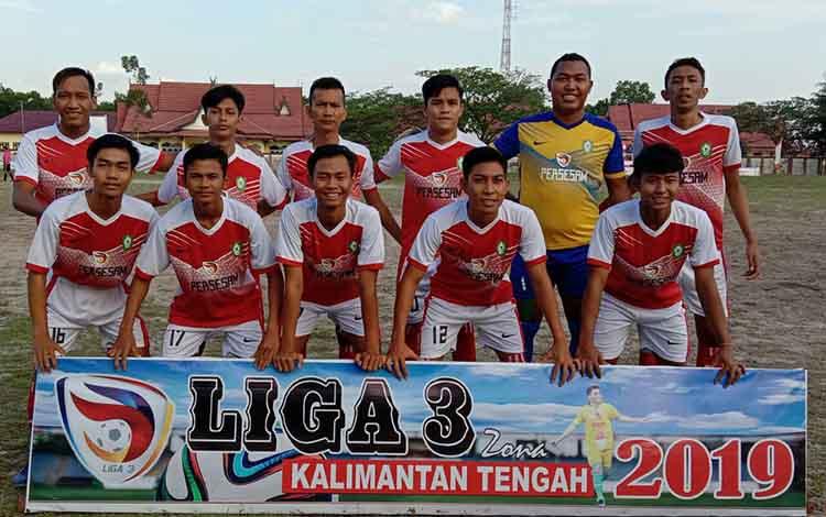 Tim Persesam Sampit saat berfoto bersama. Tim sepakbola Kota Mentaya tersebut harus menang di laga terakhir jika ingin lolos ke semifinal Liga III Zona Kalimantan Tengah, Kamis, 17 Oktober 2019.