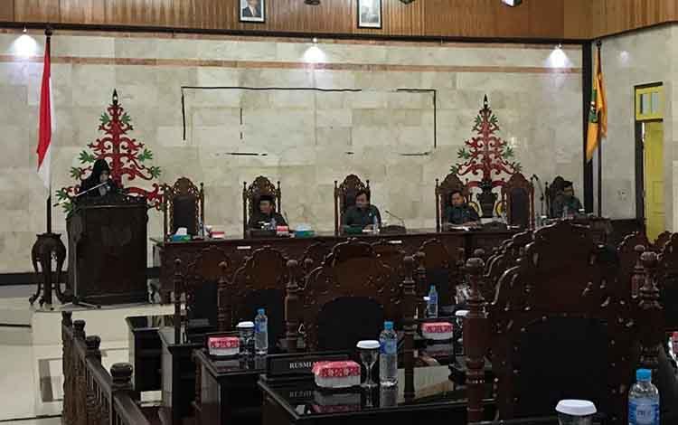 Anggota DPRD Kapuas Yetty Indriana dari Dapil II sampaikan hasil reses dan harapannya pada rapat paripurna, Jumat, 18 Oktober 2019.