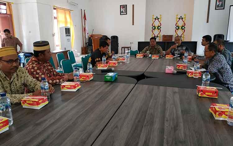 Badan Kesbangpol Seruyan mengumpulkan tokoh masyarakat, Jumat, 18 Oktober 2019. Kegiatan itu dalam rangka menjaga situasi kamtibmas agar selalu kondusif.