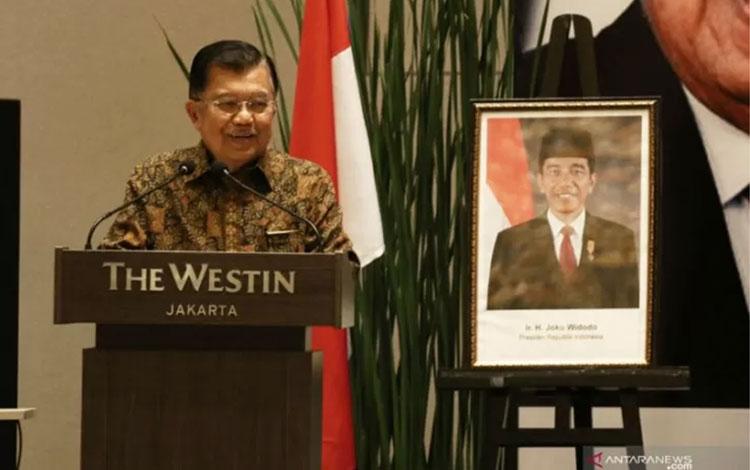 Wakil Presiden Jusuf Kalla memberikan paparan saat menghadiri acara dialog bersama 100 ekonom di Jak