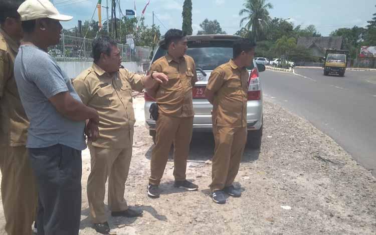 Plt Dinas PUPR Kobar Juni Gultom (tengah) memantau proses pembangunan dan peremajaan infrastruktur guna menuju menuju kota asri, indah dan bersahabat.