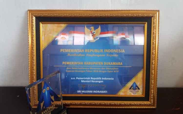 Piagam penghargaan yang diterima Pemkab Sukamara dari Kementerian Keuangan atas keberhasilan memertahankan opini WTP.