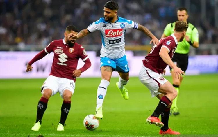 Pemain Napoli, Lorenzo Insigne, saat mencoba lepas dari pengawalan dua pemain Torino pada Minggu (6/10). (ANTARA/REUTERS/Massimo Pinca)