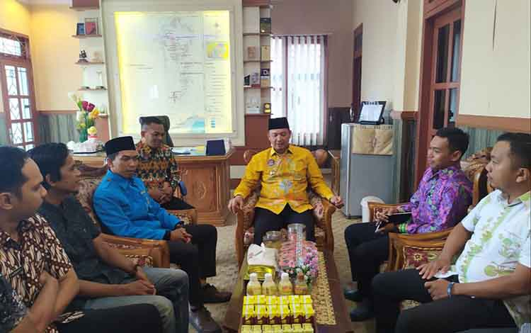 Ahmad Fachrudin, Ketua KNPI Sukamara terpilihsilatuhrami ke ruang Bupati Windu Subagio, Jumat 18 Oktober 2019